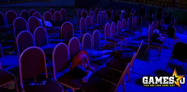 Nhiều khán giả đã ngủ gục trên ghế khi trận Chung kết Tổng Truy Kích Mobile kéo dài tới gần 00g00 ngày hôm sau (14/5) do liên tục gặp phải những vấn đề về kỹ thuật