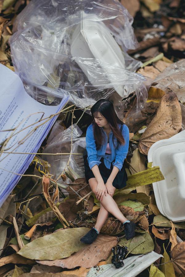 Quá mệt mỏi, cô nhìn xung quanh và thất vọng về những gì con người đã làm với môi trường.