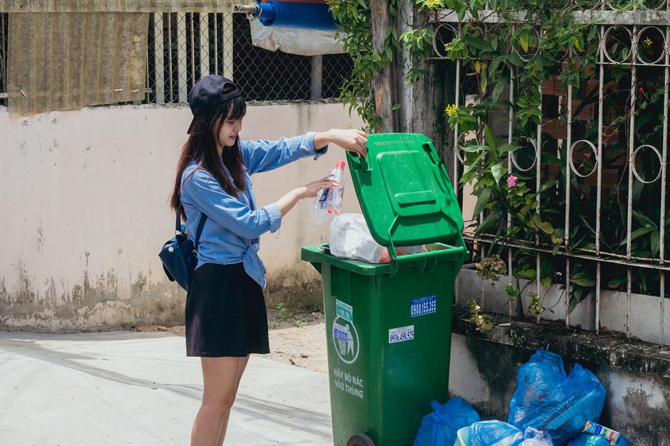 Qua bộ ảnh, tác giả muốn gửi đến các bạn một cái nhìn về rác thải xung quanh chúng ta, sẽ có một ngày, con người chúng ta sẽ không thể bị thu nhỏ lại những sẽ có lúc rác thải sẽ to và lớn ra, lúc đó, con người sẽ phải sống chung với rác. Đối mặt với những thứ mà chính chúng ta đã vứt đi một cách bừa bãi. Hãy có ý thức hơn trong việc bảo vệ môi trường. Bộ ảnh được thực hiện bởi Lên TV Pro và sinh viên trường Đại Học Nông Lâm TPHCM.