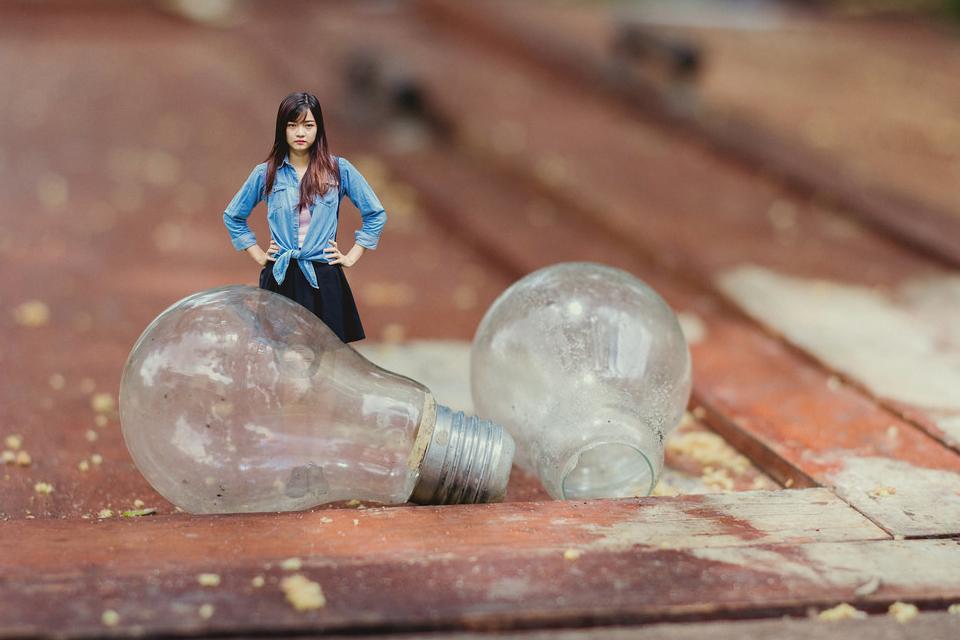 Cô đi vào một nhà kho cũ và thấy những chiếc bóng đèn ngày nào bé xíu giờ trở nên to lớn bằng mình rồi.