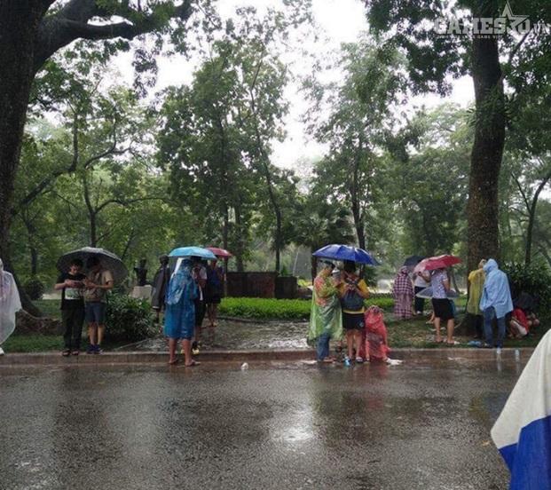 Bức ảnh khiến người ta cảm thấy sợ vì hành động rất vô bổ và nhàn rỗi của các bạn trẻ trong ngày mưa gió. (Ảnh: Beatvn)