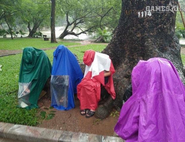 Hình ảnh nhóm bạn trẻ đội mưa chơi game quanh Hồ Gươm khiến người ta thực sự ngán ngẩm.