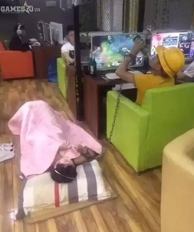 Game thủ bá đạo xích bạn gái tại quán net để thoải mái chơi game - ảnh 5