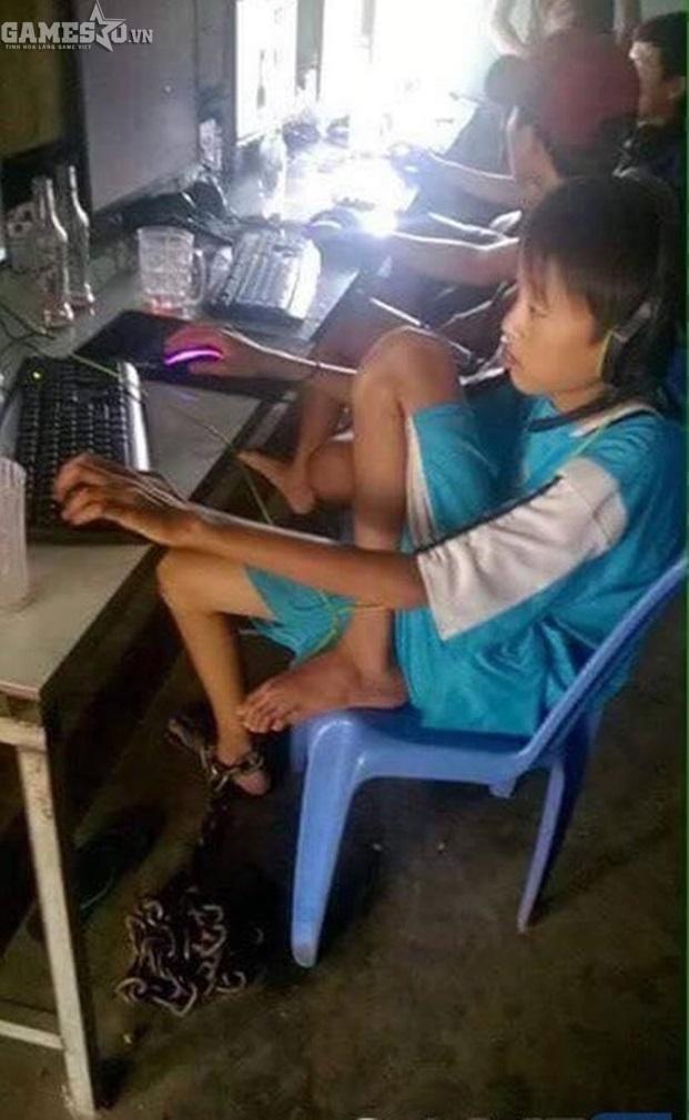 Bá đạo game thủ bị xích ở chân nhưng vẫn trốn đi chơi net - ảnh 1