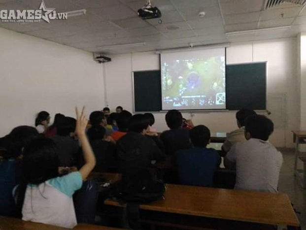 Giáo viên bá đạo mở CKTG LMHT 2016 ngay giữa giờ học cho sinh viên xem - ảnh 1