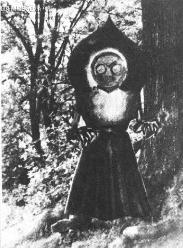 Theo như những lời tường thuật, quái vật này có ít nhất là 10 chân, mặt nó  ánh lên ánh sáng màu đỏ và cơ thể nó toàn màu xanh lục.