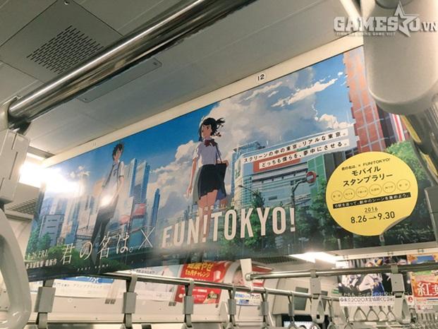 """""""Kimi no nawa"""" được quảng cáo ở các toa tàu điện ngầm như thế này."""