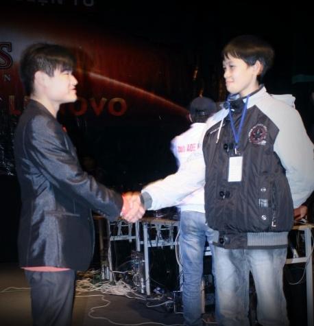 Hình ảnh Sơ Luyến và Chimsedinang trong giải đấu AOE Lenovo 2011.