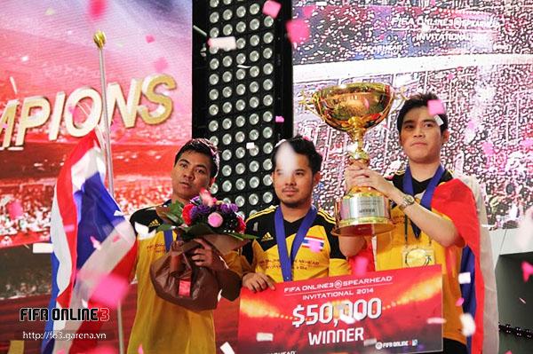 Các tuyển thủ Thái Lan ăn mừng chiến thắng.