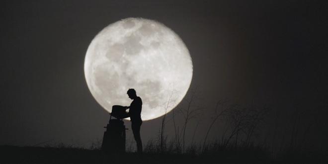 Đoạn phim này khiến tôi phải ngước lên nhìn ngắm vẻ đẹp của mặt trăng