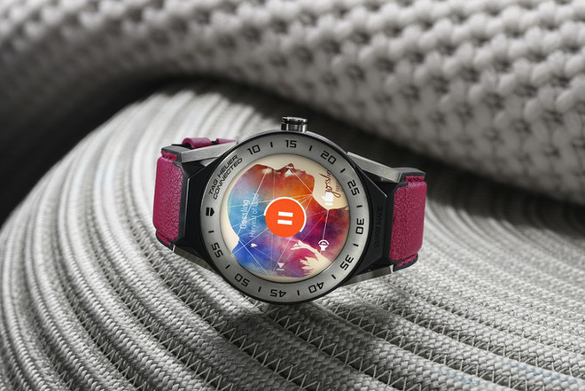 TAG Heuer ra mắt smartwatch mới, giá 1.200 USD, có khả năng biến thành đồng hồ cơ, chống nước ở độ sâu 50 mét