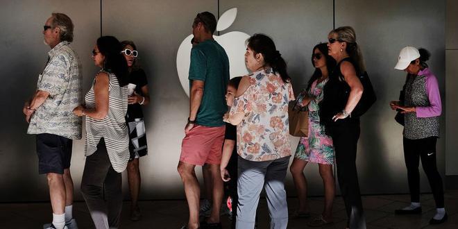 Apple Store quá tải vì chính sách thay pin mới giá 29 USD, nhiều người không cần cũng đến thay pin để an tâm