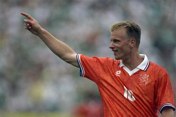 [FIFA Online 3] Chàng tiền đạo sợ đi máy bay Dennis Bergkamp bá đạo như thế nào?