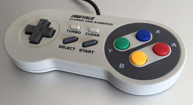 Ngỡ ngàng với tay cầm 4 nút có thể chiến được mọi tựa game