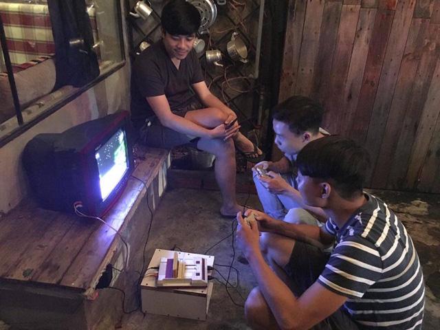 Máy chơi game 4 nút xuất hiện trong quán cafe âm nhạc ở Sài Gòn
