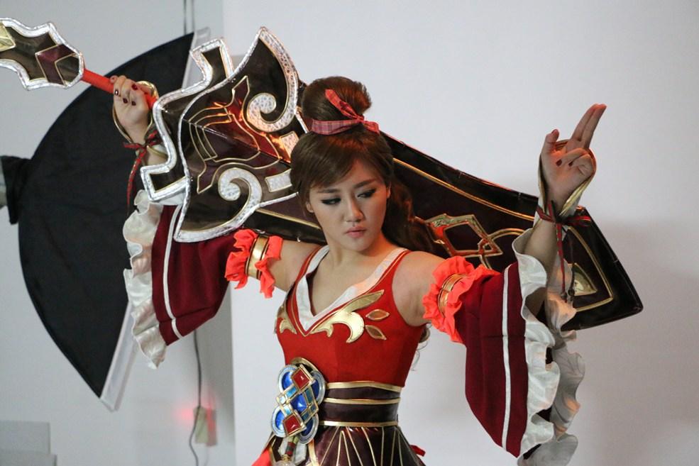 Lộ ảnh hậu trường Văn Mai Hương đóng cosplay Bách Chiến Vô Song