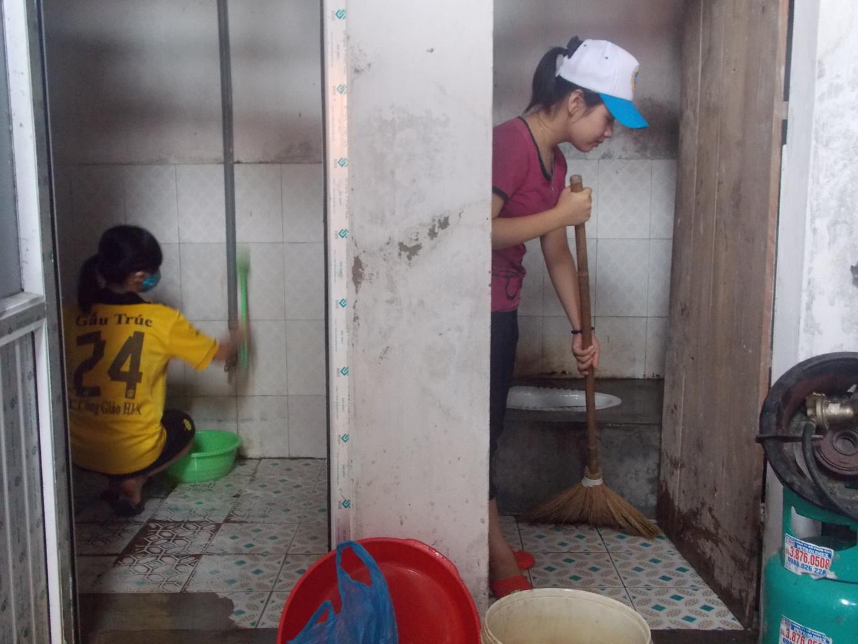 Chơi game không có tiền trả, game thủ bị chủ quán net bắt lau dọn nhà vệ sinh