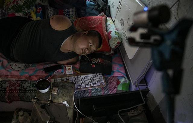 Game thủ bị khiếm khuyết tay chân nhưng chỉ nhờ 1 chiếc tăm chơi LMHT mà nuôi cả gia đình