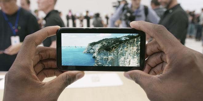 Đây là trải nghiệm xem video trên màn hình đặc biệt của iPhone X