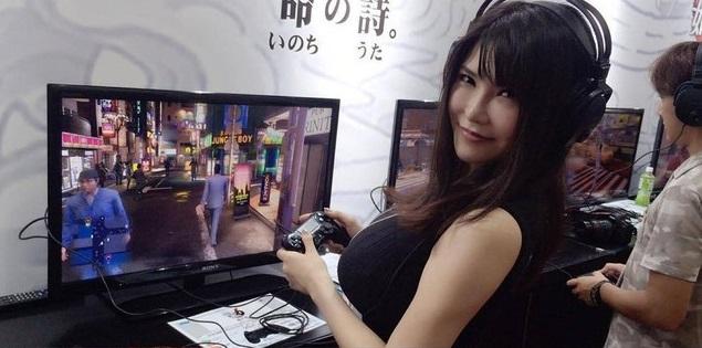 Sao JAV Anri Okita quyến rũ trong buổi quảng bá cho game Yakuza 6