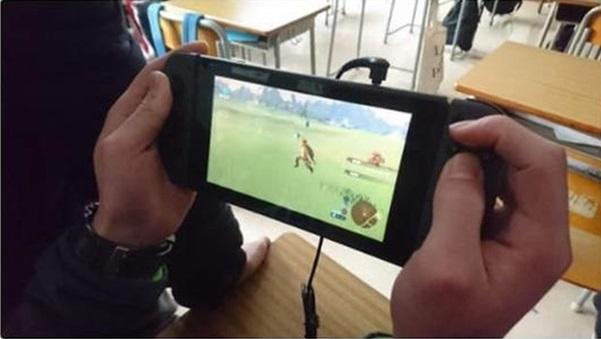 Học sinh Nhật Bản rộ mốt mang Nintendo Switch tới trường để chơi